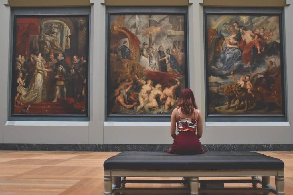 絵画鑑賞をする女性